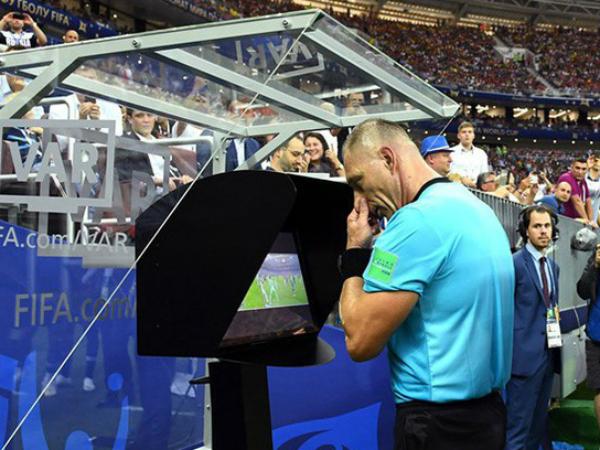 V-League cần trọng tài tốt hay là công nghệ VAR